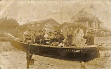 Des pêcheurs en train de ripailler devant la station